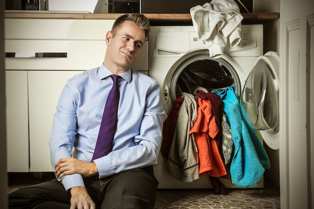 Homme d'affaires avec les tâches ménagères