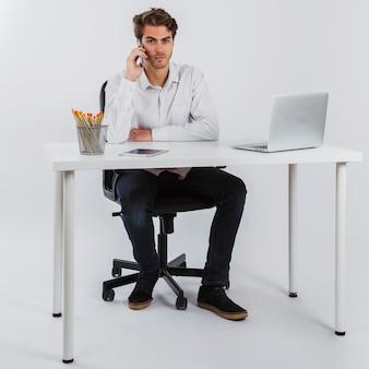 Homme d'affaires avec le téléphone au bureau