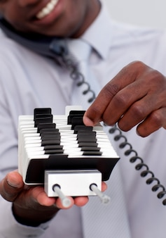 Homme d'affaires sur le téléphone et en regardant un titulaire d'index