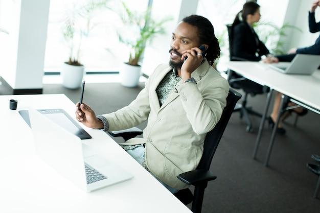 Homme d'affaires avec un téléphone