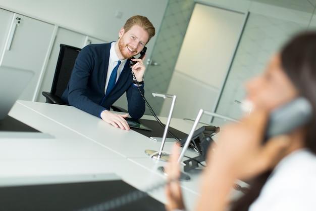 Homme d'affaires sur un téléphone