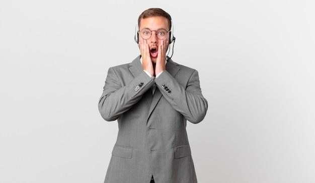 Homme d'affaires de télévendeur se sentant choqué et effrayé