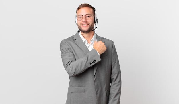 Homme d'affaires de télévendeur se sentant heureux et faisant face à un défi ou célébrant
