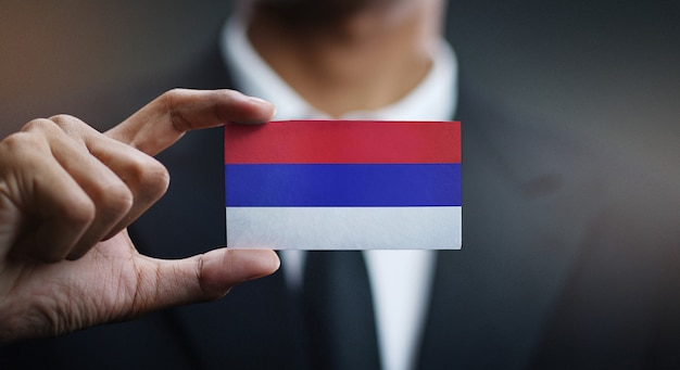 Homme d'affaires tenant une carte drapeau de la republika srpska