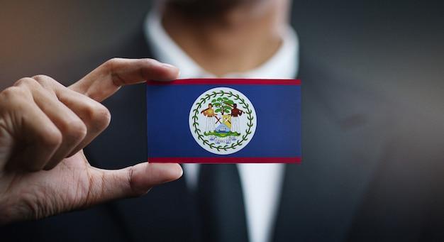 Homme d'affaires tenant la carte du drapeau du belize