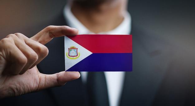 Homme d'affaires tenant une carte du drapeau de saint-martin