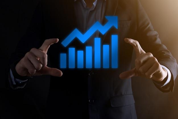 Homme d'affaires tenant un graphique avec une croissance positive des bénéfices. planifier la croissance du graphique et l'augmentation des indicateurs positifs du graphique dans son entreprise.plus rentable et en croissance.