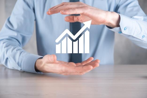 Homme d'affaires tenant un graphique avec une croissance positive des bénéfices