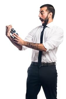 Homme d'affaires tenant horloge vintage