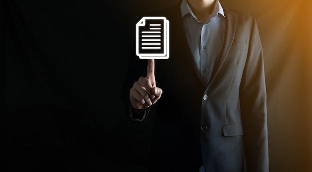 Homme d'affaires tenant une icône de document dans sa main document management data system business internet technology concept. système de gestion des données d'entreprise dms