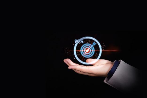 Homme d'affaires tenant un jeu de fléchettes cible avec la progression de l'icône de téléchargement pour le concept de réussite commerciale. photo de haute qualité