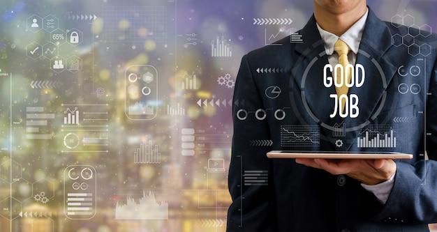 Homme d'affaires tenant un ordinateur tablette bon travail icône graphique abstrait avec bokeh.