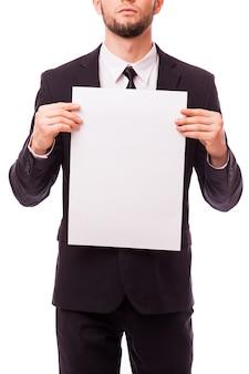 Homme d'affaires tenant une pancarte blanche vide montrant l'espace de copie isolé sur blanc
