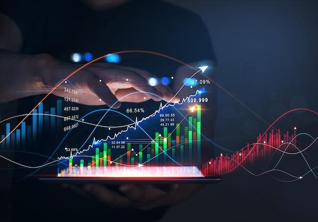 Homme d'affaires tenant une tablette en analysant les données des ventes graphique économique croissance graphique marketing numérique