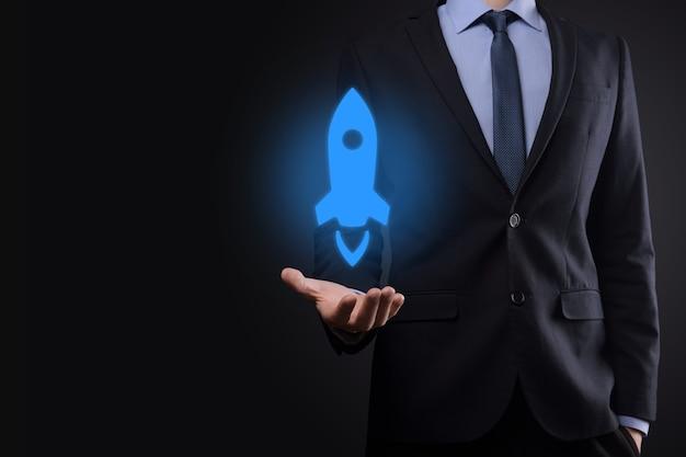 Homme d'affaires tenant une tablette et une icône fusée se lance et s'envole de l'écran