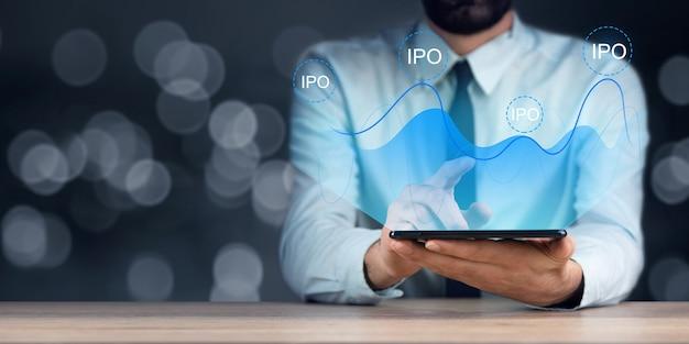 Homme d & # 39; affaires tenant une tablette avec l & # 39; icône ipo