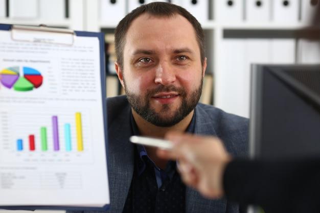 Homme d'affaires tenir un classeur dans ses bras discuter avec son partenaire de leur futur projet