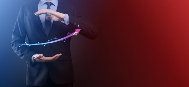 Homme d'affaires tenir dessin sur écran de plus en plus graphique, flèche du symbole de croissance positive. pointant vers le graphique d'entreprise créative avec des flèches vers le haut. concept de croissance financière, entreprise.