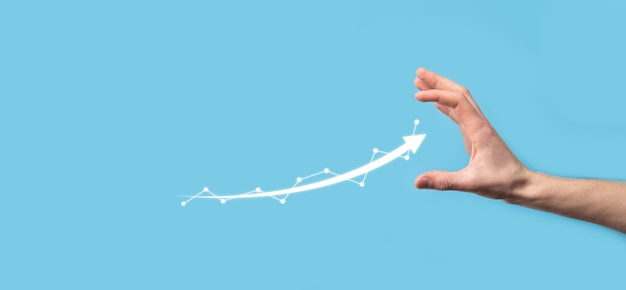 Homme d'affaires tenir dessin sur écran de plus en plus graphique, flèche de l'icône de croissance positive pointant vers le graphique d'entreprise créative avec des flèches vers le haut. concept de croissance financière, entreprise.