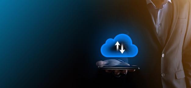 Homme d'affaires tenir l'icône de nuage