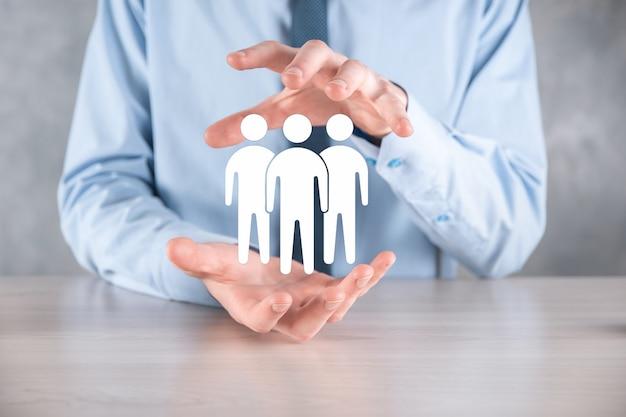 Homme d'affaires tenir l'icône de travail d'équipe. bâtir une équipe solide. icône de personnes. concept de ressources humaines et de gestion. réseautage social, concept de centre d'évaluation, audit personnel ou concept crm.