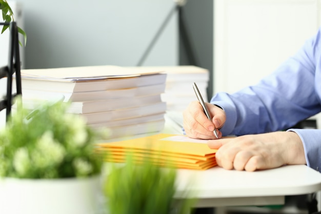 Homme d'affaires tenir la main stylo argenté.