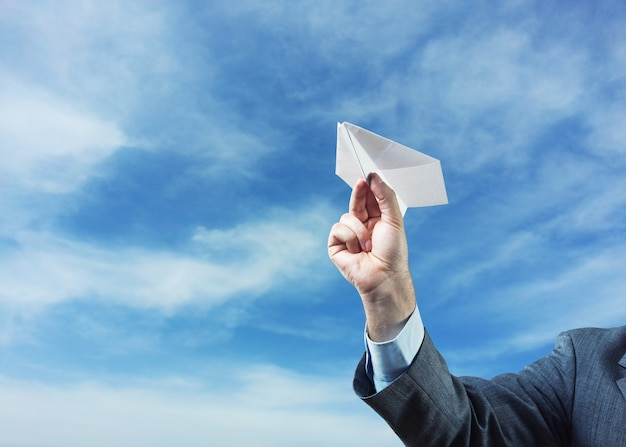 Homme affaires, tenue, avion papier, dans, sien, main