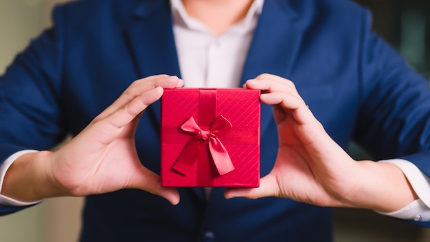 Homme affaires, tenue, boîte cadeau rouge
