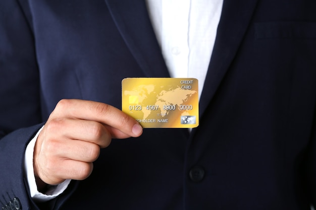 Homme affaires, tenue, carte crédit, gros plan