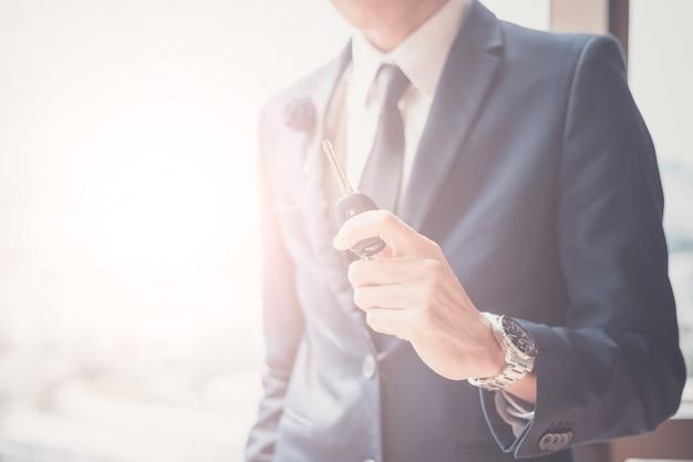 Homme affaires, tenue, clef voiture