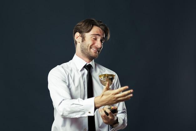 Homme affaires, tenue, doré, tasse, trophée
