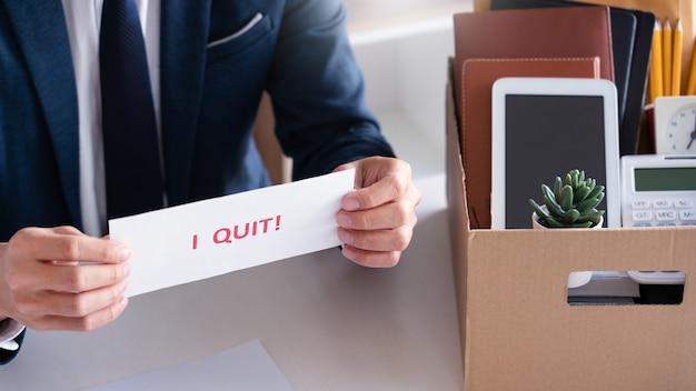 Homme affaires, tenue, je, quitter, mots, carte, lettre