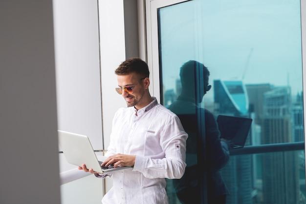 Homme affaires, tenue, ordinateur portable, bureau, balcon, fonctionnement