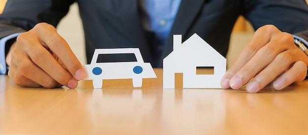 Homme affaires, tenue, papier, forme, de, maison, voiture