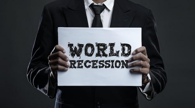 Homme affaires, tenue, papier, récession mondiale, texte