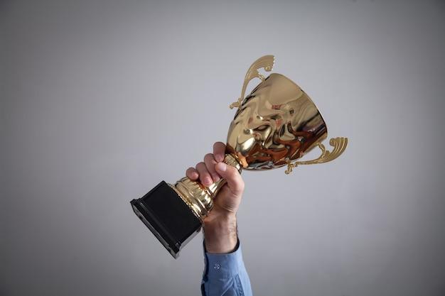 Homme affaires, tenue, trophée doré