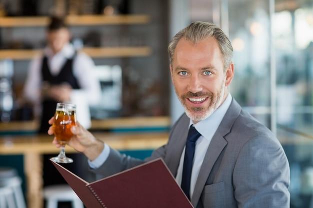 Homme affaires, tenue, verre, bière, menu