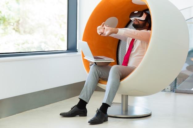 Homme d'affaires teste le simulateur de réalité virtuelle