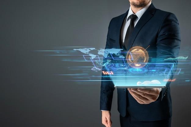 L'homme d'affaires tient dans sa main un smartphone avec un écran virtuel