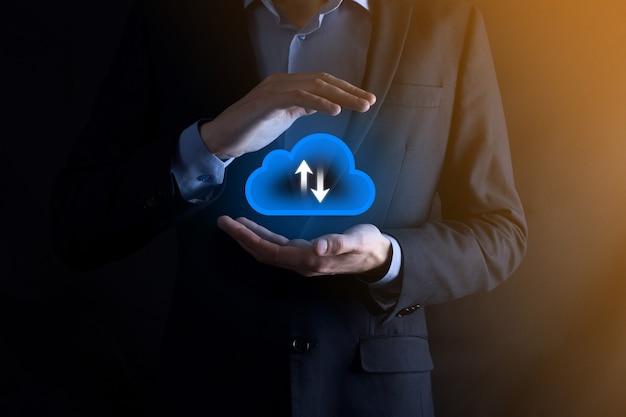 L'homme d'affaires tient l'icône du cloud. concept de cloud computing - connecter un téléphone intelligent au cloud. technologue de l'information sur le réseau informatique avec téléphone intelligent. concept de données volumineuses.