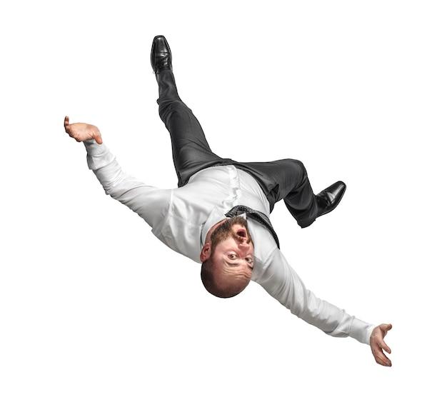 Homme d'affaires tombant sur fond blanc isolé.