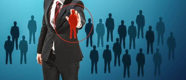 Homme d'affaires touchant la barre de recherche vide ou l'écran virtuel du capteur sur fond bleu studio. concept moderne d'entreprise, de technologies, d'innovation et de publicité. espace négatif pour insérer votre annonce.