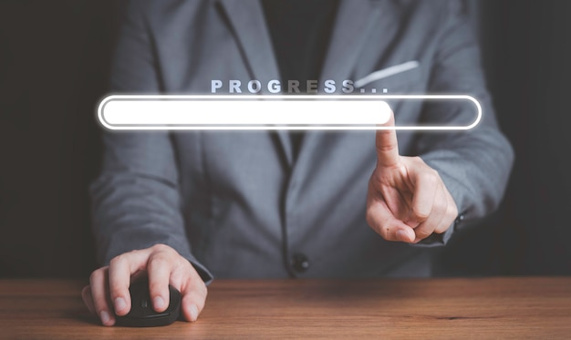 Homme d'affaires touchant à la barre de téléchargement virtuelle avec chargement progressif des affaires.
