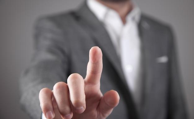 Homme d'affaires touchant dans un écran vide.