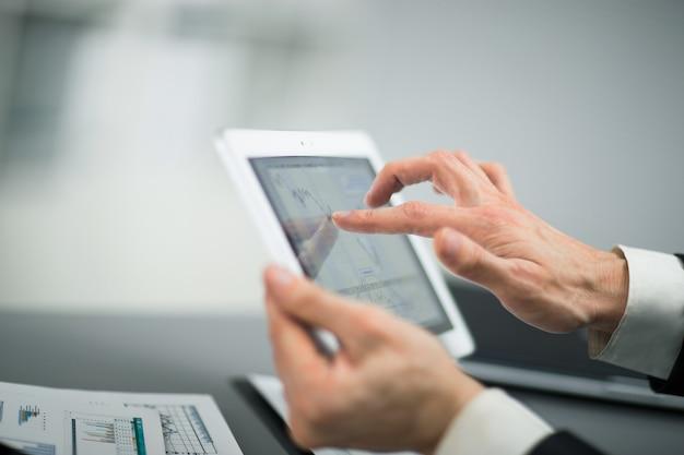 Homme d'affaires touchant l'écran d'une tablette numérique