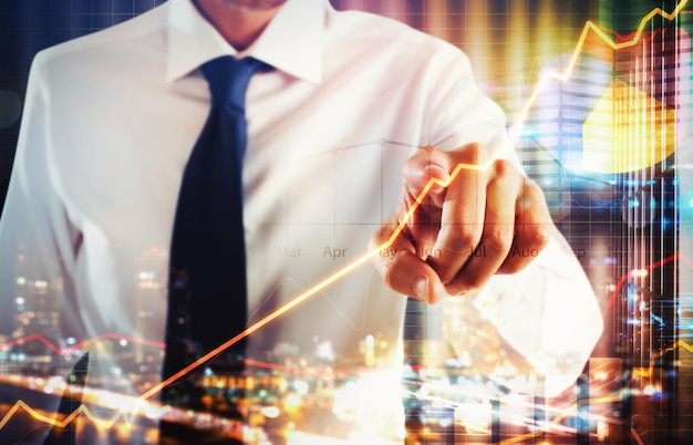 Homme d'affaires touchant un écran virtuel d'analyse commerciale