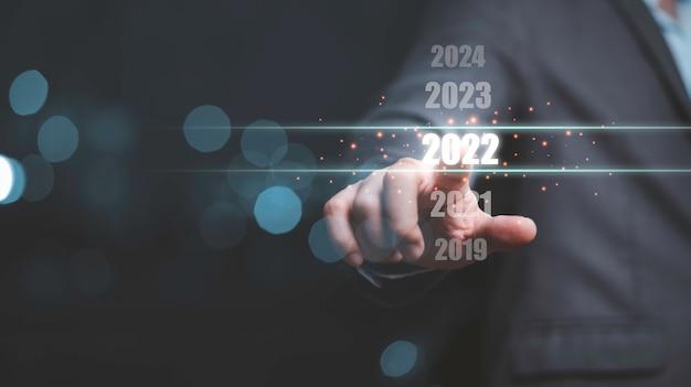 Homme d'affaires touchant le numéro 2022