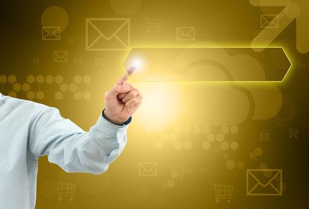 L'homme d'affaires touche un bouton sur un écran imaginaire