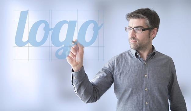 Homme D'affaires Touche La Conception D'un Logo Photo Premium
