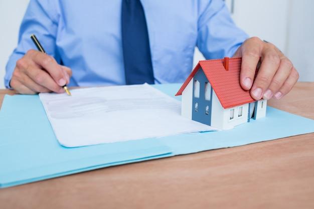 Homme d'affaires en train de lire un contrat avant de le signer